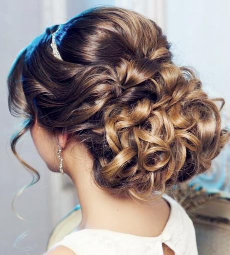 Прическа на длинные волосы собранные кудри
