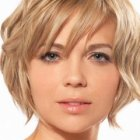 Textured short hairstyles for round faces